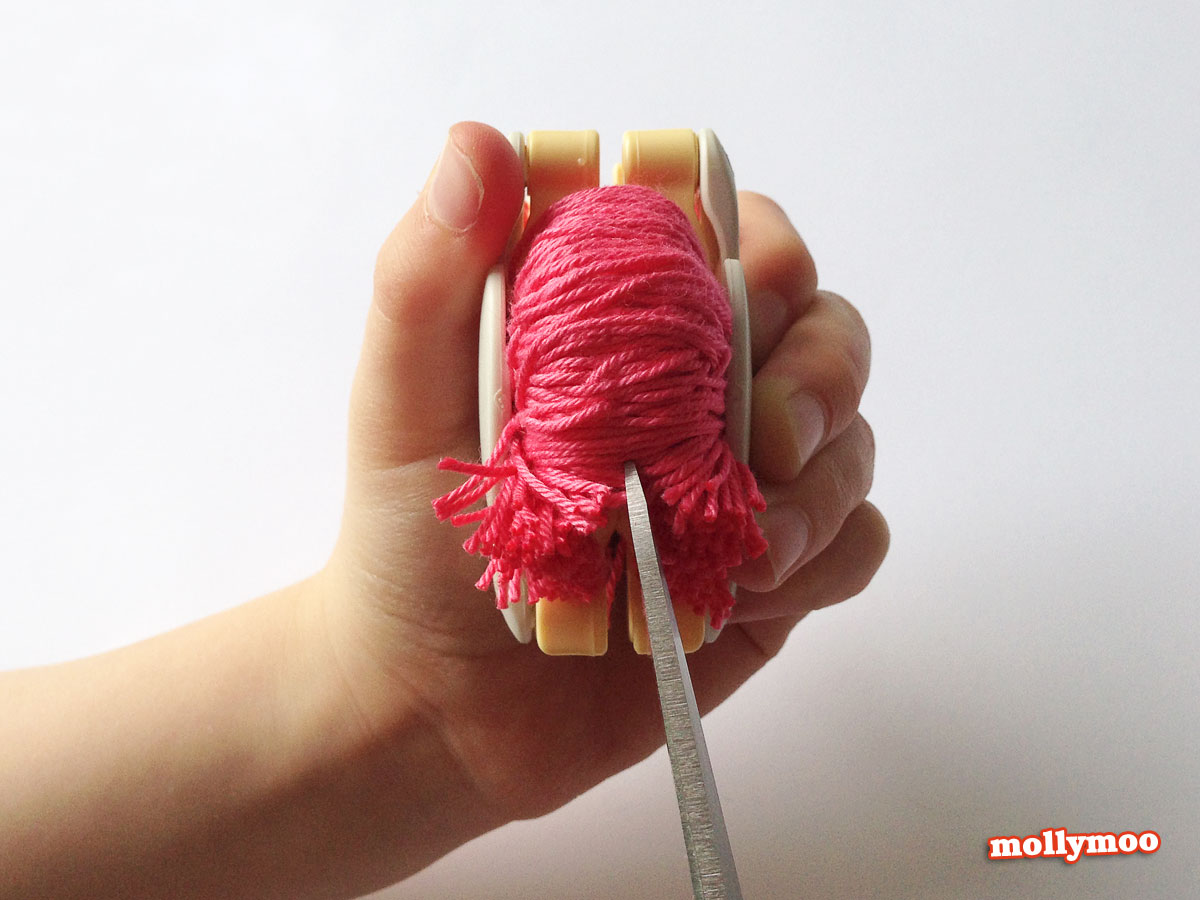 pom-pom-making-cutting